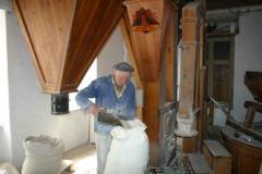 Martin Röthel beim Kleie absacken und auswiegen