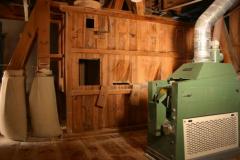 Vorbehälter für die Walzenstühle aus HolzSteinausleser